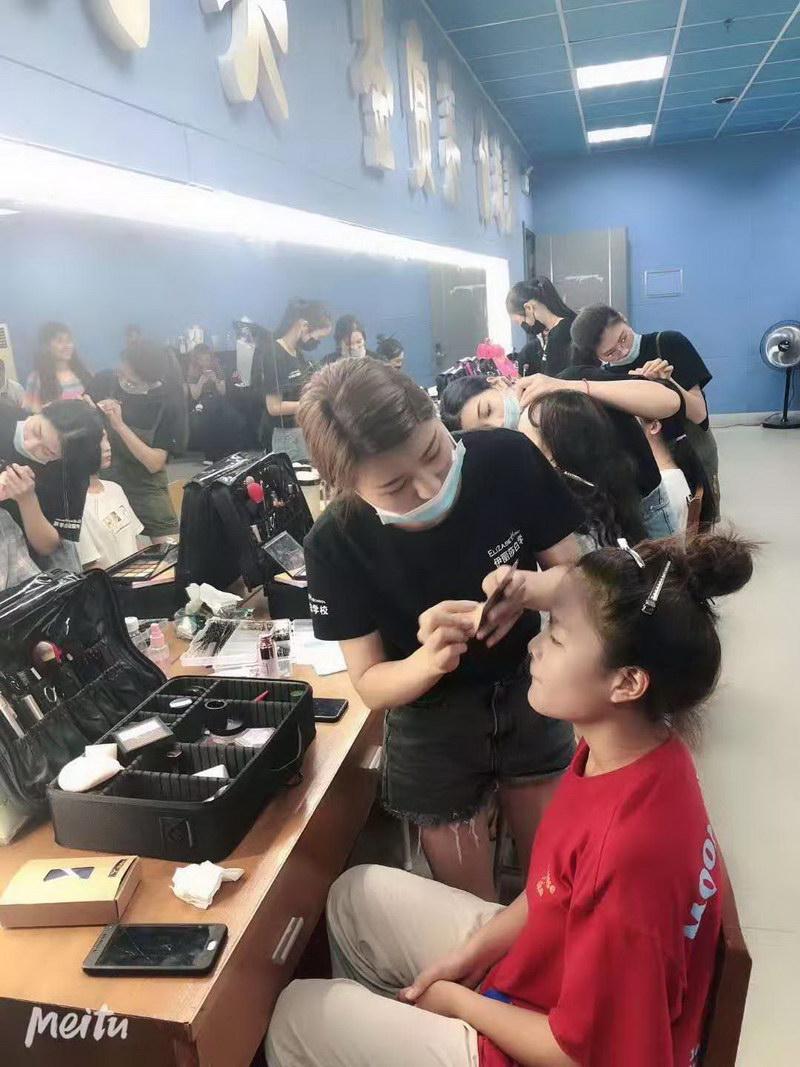 伊丽莎白职业培训学校化妆师同学们化妆中