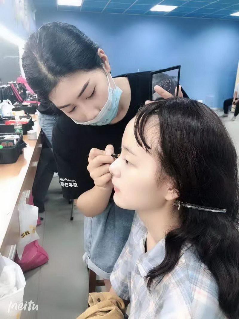 化妆学员运用课上手法